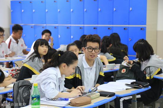 课堂上同学们在讨论问题