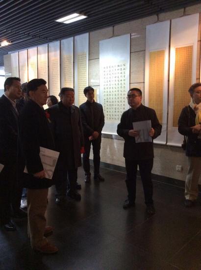 展览现场艺艺术家靳敏一为嘉宾介绍个人作品