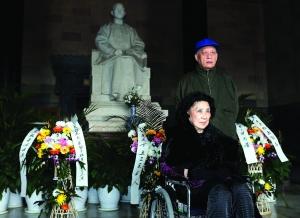张灵甫夫人和张自忠之孙到中山陵拜谒现代快报记者 顾炜 摄
