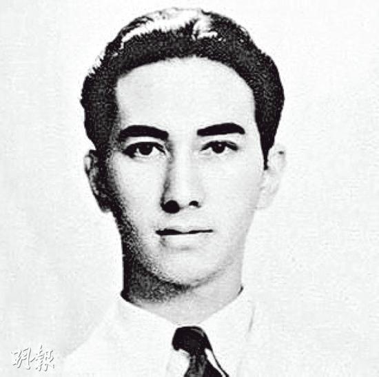 何超莲上载赌王17岁时的照片,称赞帅呆了!