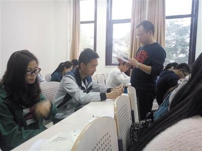 郑州师范学院爱情心理学的课堂上,任课教师刘国清在给学生上课。受访者供图