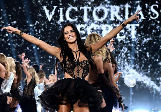 全球收入第二高的模特阿德瑞娜· 利玛和其他维秘天使一起现身维多利亚的秘密时装秀