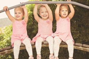 母亲拍三胞胎女儿童趣萌照暖化人心(组图)