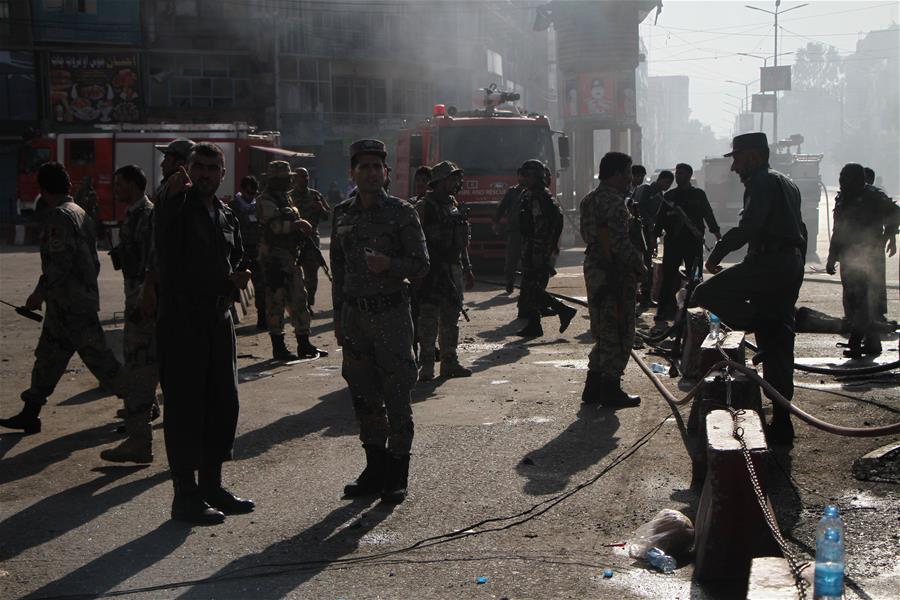 印度老人患新冠死亡 家属无奈穿防护服在家门口挖坑埋葬