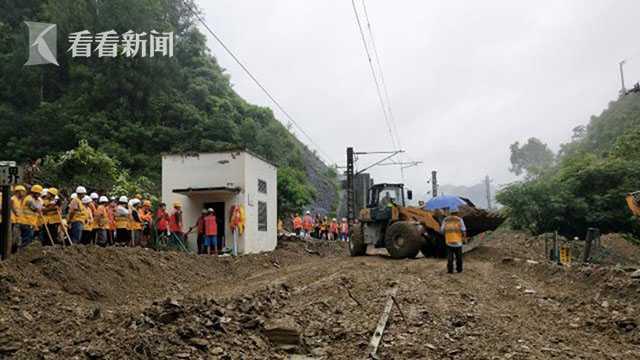 台州一公交车落水 车内所有人员均已上岸 部分人员轻微擦伤