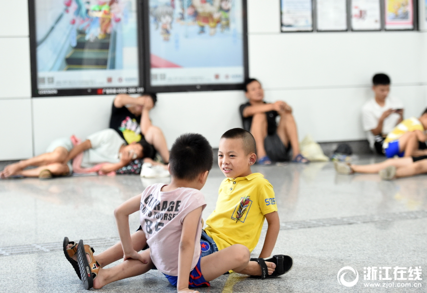 【足球探网即时比分】陈赫邓超相约打篮球感情好 二人身姿矫健活力满满