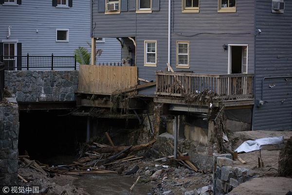 美国小城遭遇洪水袭击 现场一片狼藉