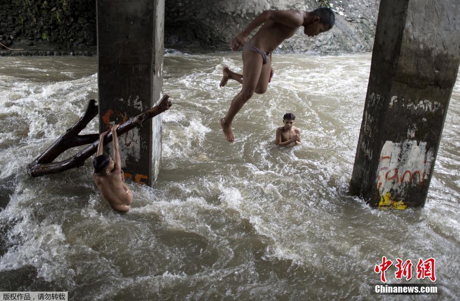 安徽淮河王家坝闸开闸泄洪 洪水经过王家坝镇