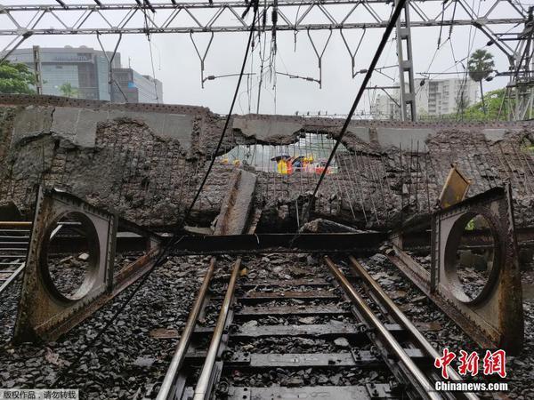 印度孟买一人行天桥因暴雨坍塌 至少2人受伤