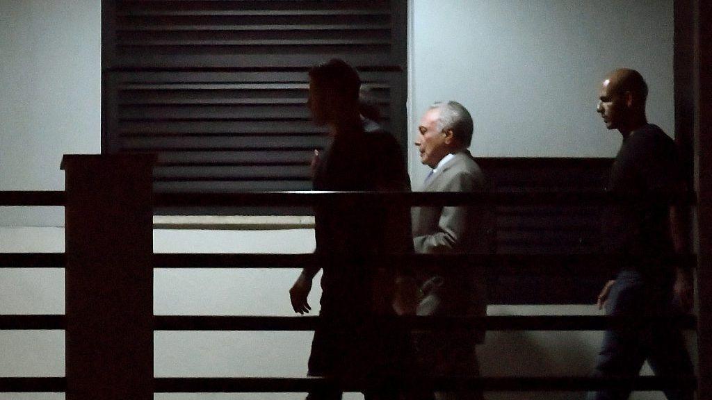 當地時間21日,特梅爾在警方的押送下抵達裡約熱內盧的巴西聯邦警察總部。圖/路透社