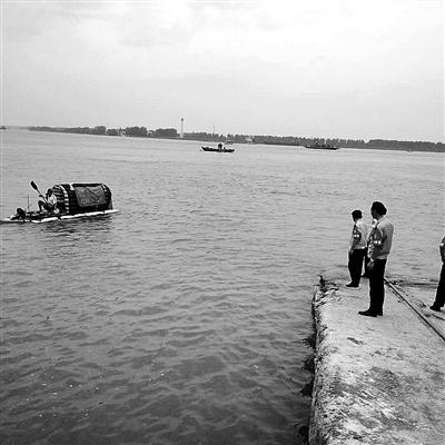 简易木排在彭泽水域被民警拦下。 警方供图