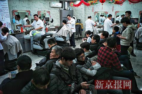 理发店内坐满前来理发的市民。新京报记者 彭子洋 实习生 陈婉婷 摄