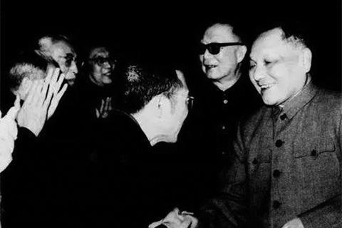 ▲1978年全国科学大会上,邓小平和陈景润握手。