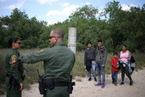 非法移民者试图从墨西哥进入美国,被边境巡逻员发现。
