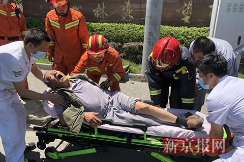 """老人遇车祸受伤 过路消防员为其急救支""""凉棚"""""""