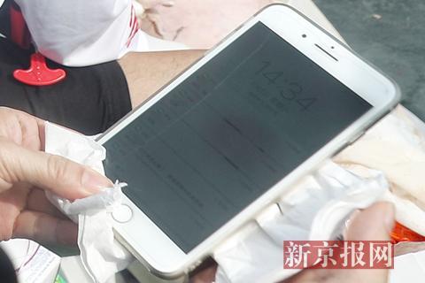 一位女性罹难者尸身上挂着一部手机,手机在防水袋里不蒙损,上头还罕见十条家人的消息和未接电话。新京报记者 彭子洋 摄