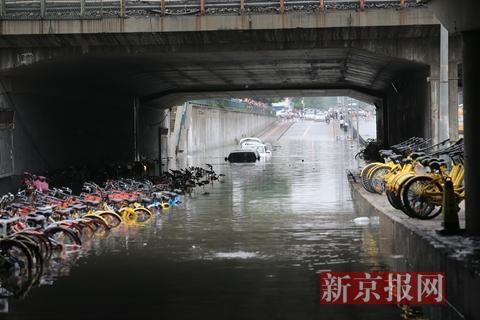 回龙观育知东路城铁桥下的积水。