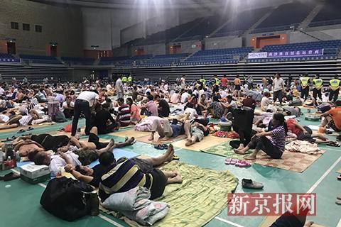 """广州南沙体育馆:千余农民工的临时避难所 丨聚焦台风""""山竹"""""""