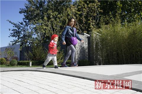 市民帶着孩子在公園內遊玩。新京報記者 王飛 攝