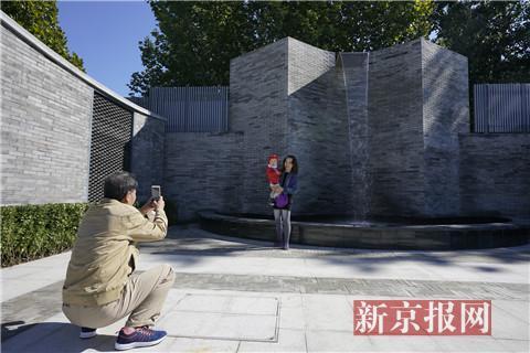 市民在園內拍照留念。新京報記者 王飛 攝