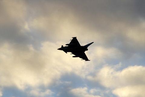 俄轰炸机逼近英领空,英军战机紧急升空拦截。(图源:《每日邮报》)