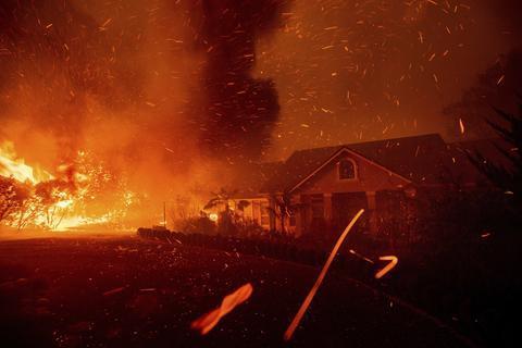 加利福尼亚州发生大火 事故造成多人受伤、居民撤离