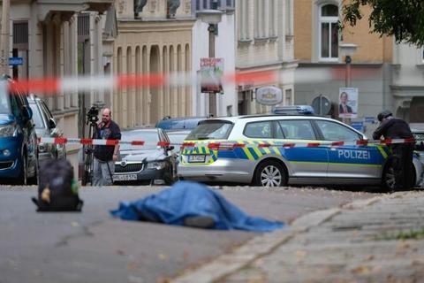本地工夫10月9日,德国萨勒河边哈雷9日发作枪击案,一位须眉正在街讲上连开数枪,形成最少2人灭亡。 (图源:新华社)