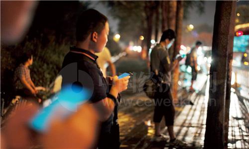 北京西二旗的夜晚,使用网约车、拼车上下班成为不少人的选择之一。(《中国经济周刊》首席摄影记者 肖翊 摄)
