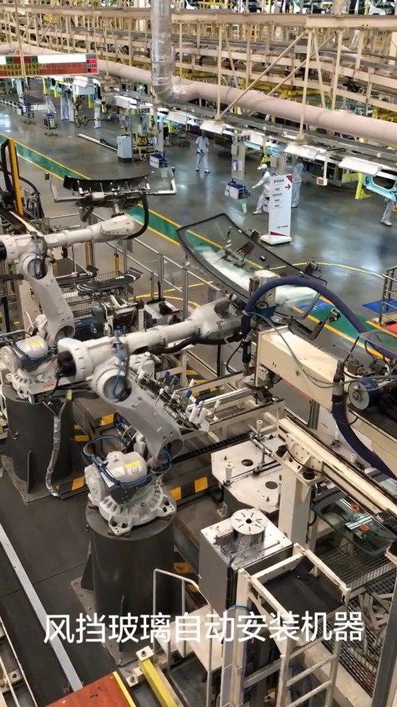 汽车总装线风挡玻璃全自动安装机器人,一分钟一辆,效率很高