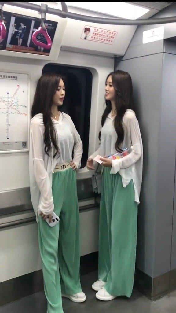 成都地铁三号线,双胞胎姐妹是吃什么长大的,身材颜值都这么好。