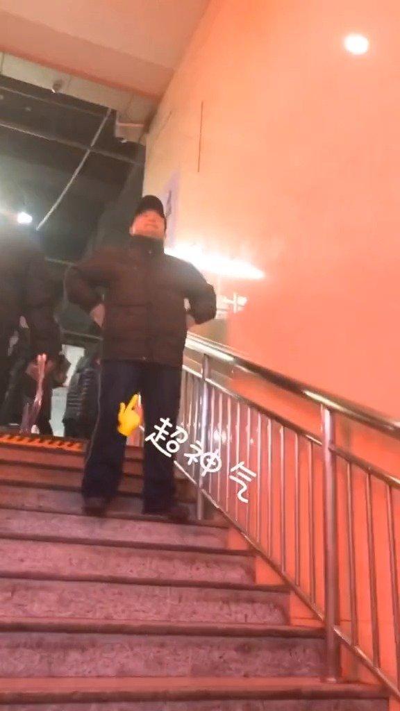 凌晨两点爸爸在火车站等待接闺女,好暖!
