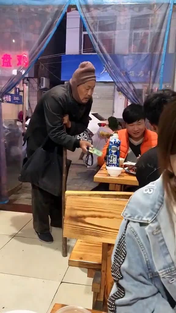 当乞丐向你出示二维码,你会怎么做?