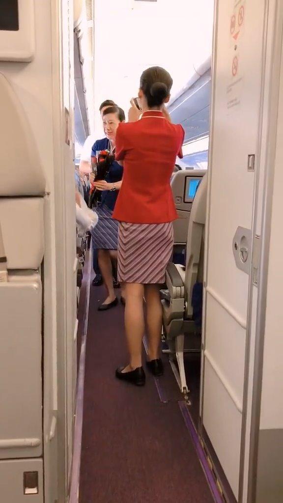 从内罗毕回国的航班上,50岁的空乘姐姐执行退休前最后一飞,机