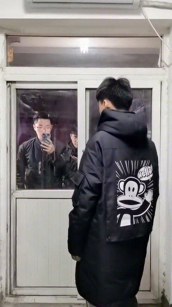 学生宿舍坐电梯日常,下电梯的时候同时看了一下显示屏的楼层,演