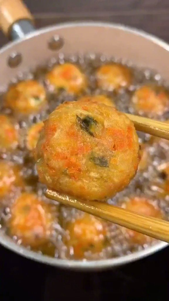 炸萝卜丸子有秘密,加上这两样东西,炸出来的丸子外酥里软,凉了