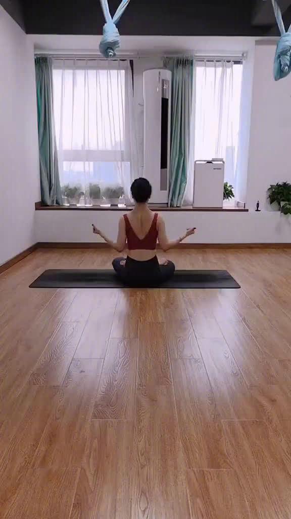 想瘦背的,瘦手臂的,消除副乳的,改善圆肩的。多做这三个动作