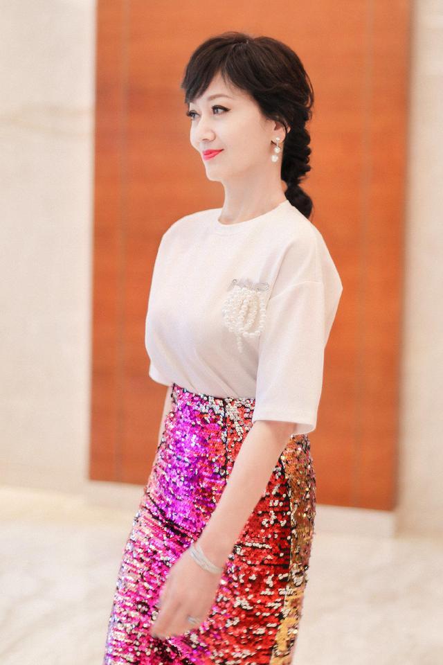 """64岁赵雅芝果然是""""冻龄女神"""",白色T恤配粉色亮片裙,优雅大气"""