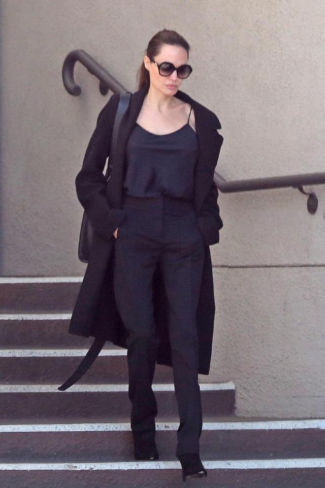 安吉丽娜·朱莉终于换风格,白衬衫配包臀裙亮相,难掩高贵气质