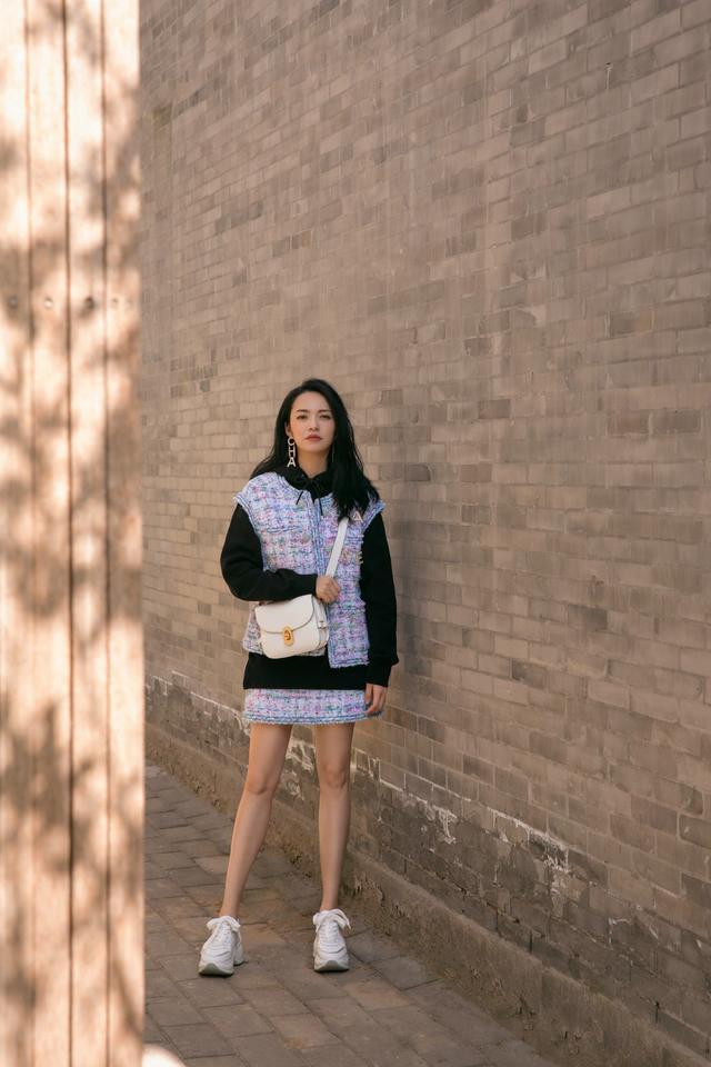 被岁月优待的姚晨,40岁穿彩色格纹风衣配长裤,尽显优雅大气
