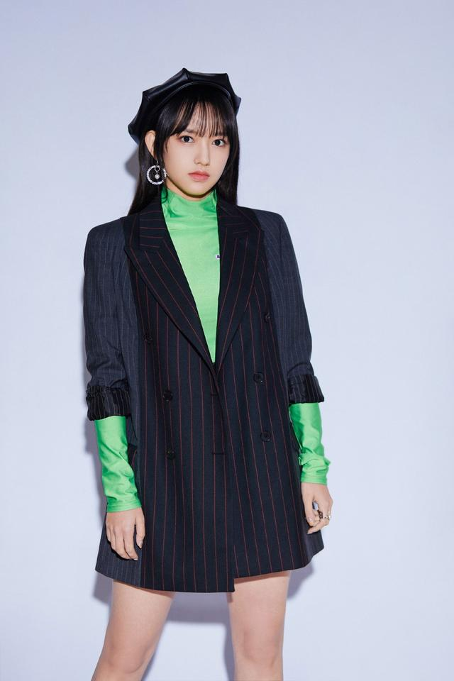 她是宇宙少女程潇,今穿绿色长袖配条纹西装,戴八角帽甜美可人