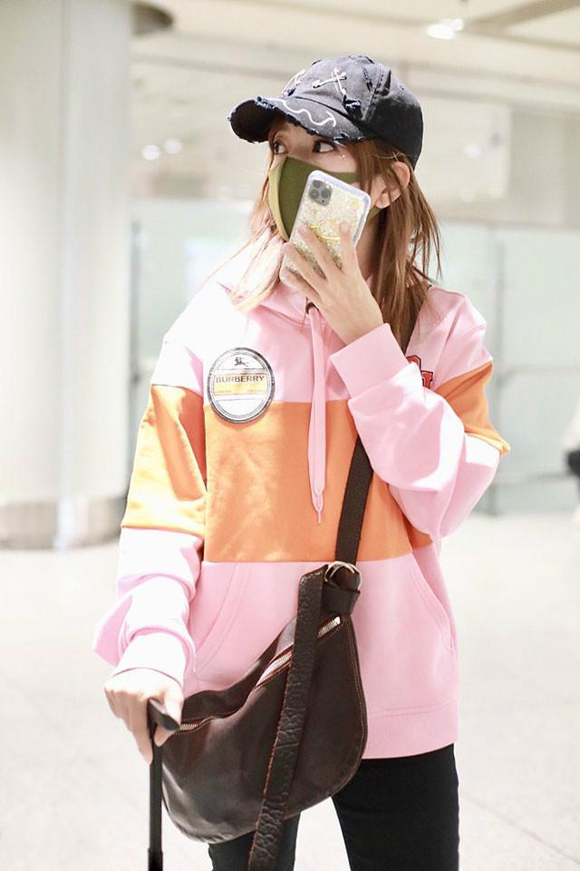 """赵薇43岁了还""""装嫩"""",穿粉色卫衣配紧身裤休闲时髦,很有少女感"""