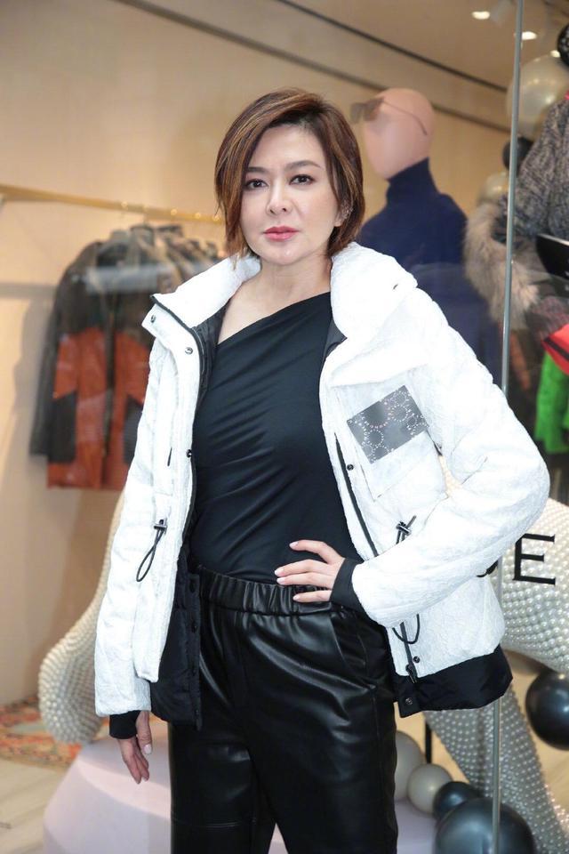 关之琳混搭实力真高,白色羽绒服搭配皮裤,短发造型减龄又洋气