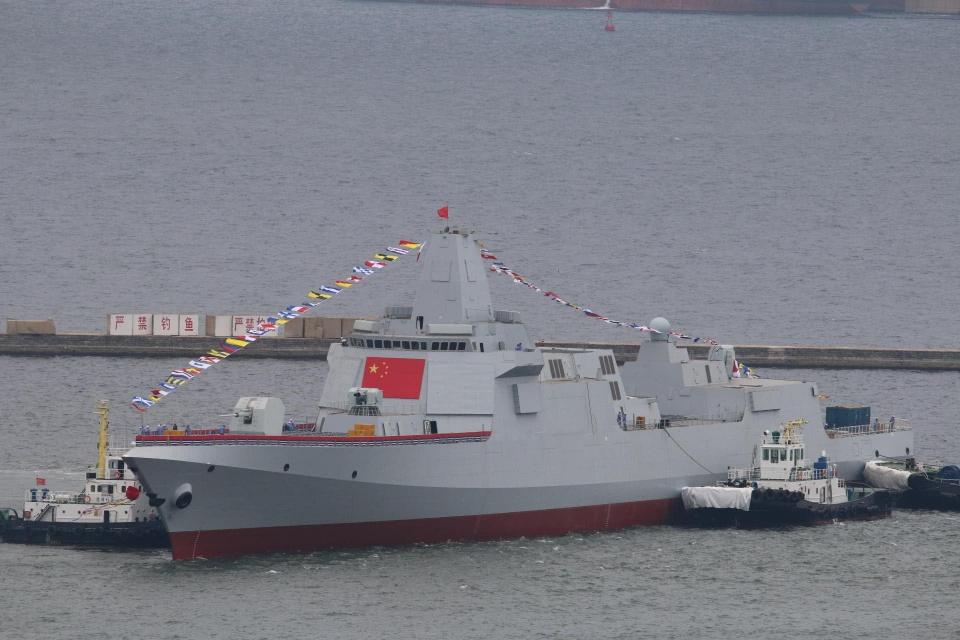 在拖轮的帮助下离开船坞的055驱逐舰