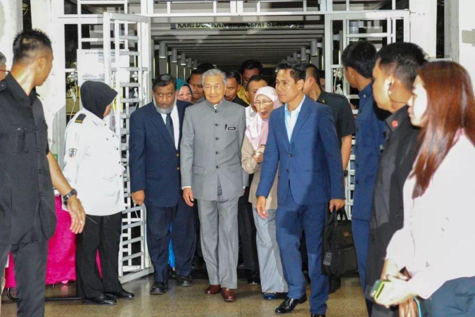 3月14日,在马来西亚南部柔佛州巴西古当地区,马来西亚总理马哈蒂尔(左四)前往医院看望因污染住院的病患。新华社发