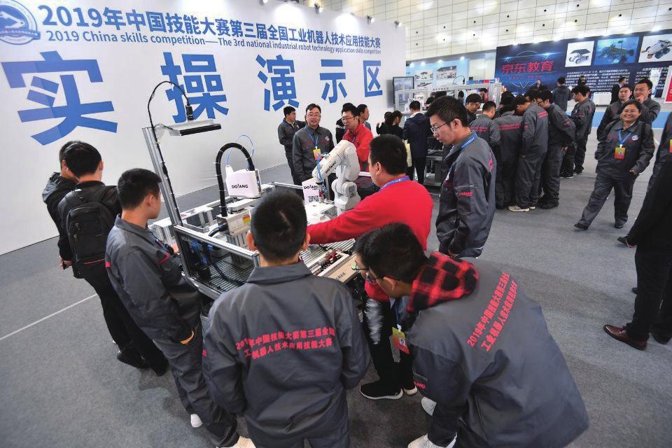 """全国智能机器人产业发展高峰论坛在济南举办 工信部装备司:济南""""机智""""过人"""