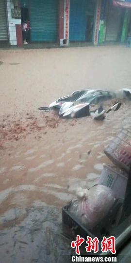 四川万源一乡镇遭受大暴雨 电力交通移动通讯中断