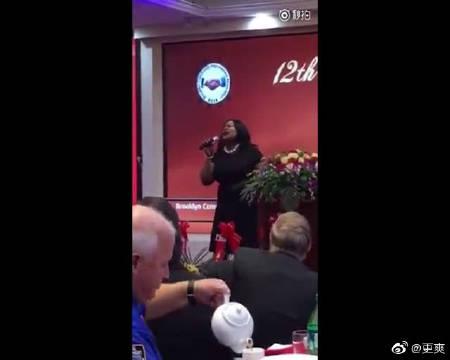 纽约警察协会聚会,这个黑人胖大姐警员高歌一曲