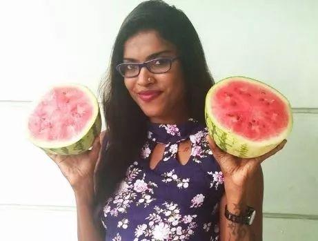 一位女性在网上发了自己手捧西瓜的照片
