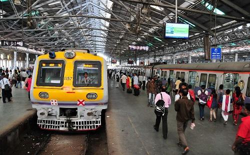 资料图片:2014年6月23日在印度孟买拍摄的维多利亚火车站站台。新华社记者 汪平 摄