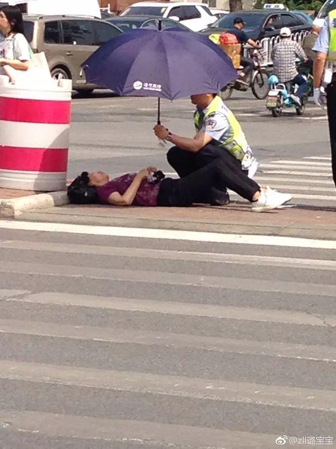7旬老人不慎摔倒,天津交警撑伞一个半小时照料
